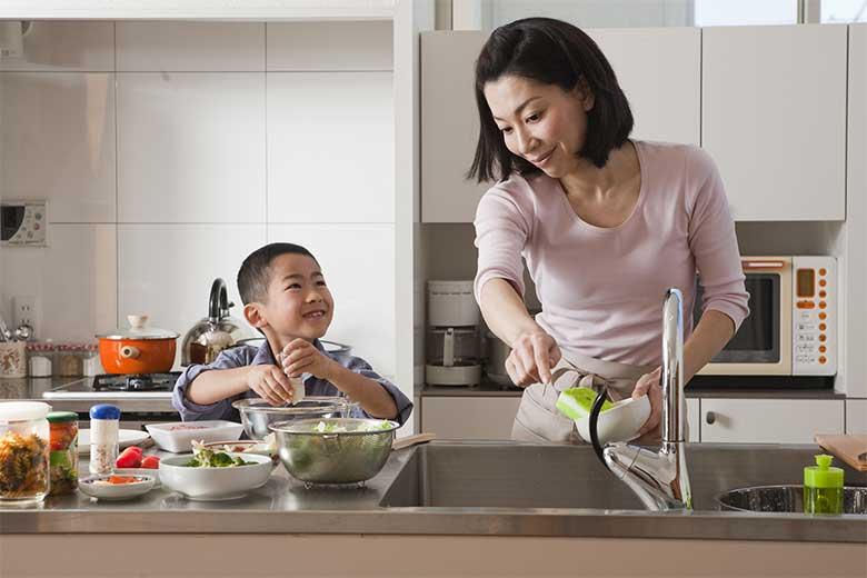 Barn på kjøkkenet